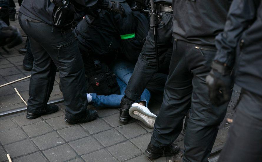 Rechte verteidigen Polizeigewalt – Linksparteipolitiker macht mit