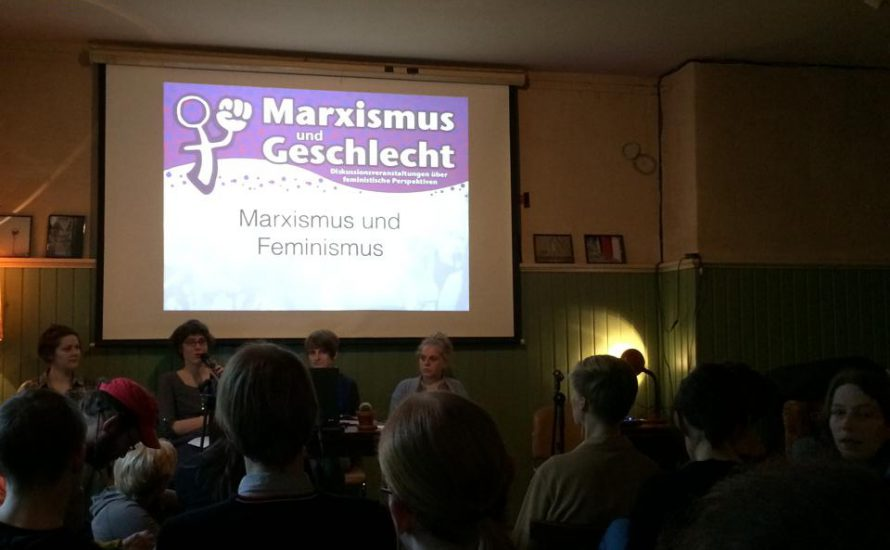 Ein voller Saal diskutiert den Feminismus