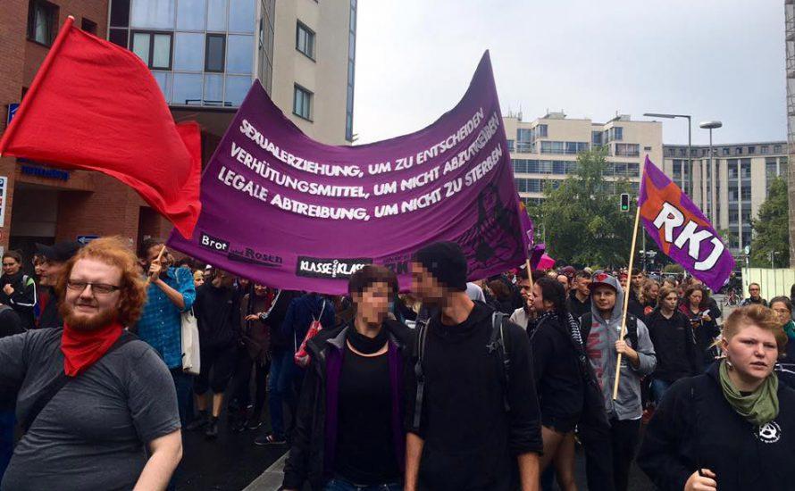 """""""Der Kampf um Befreiung ist antiklerikal!"""" Tausende gegen christliche Fundamentalist*innen in Berlin"""