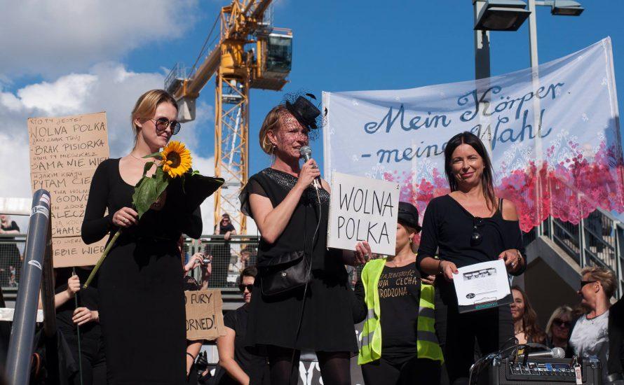 Schwarz gekleidete Menschen zeigen Solidarität mit dem Streik der Frauen in Polen [mit Fotogalerie]