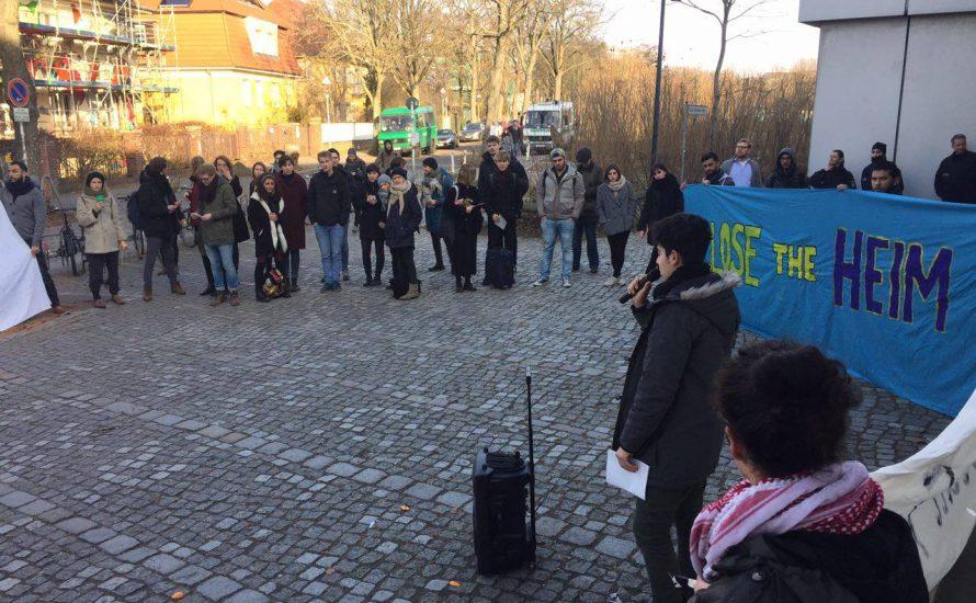 Geflüchtete protestieren für die Schließung des Lagers Hüttenweg 43 an der FU