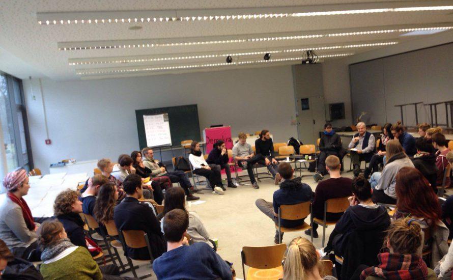 Hunderte Studis diskutieren an der FU über Prekarisierung, Mitbestimmung und kritische Wissenschaft