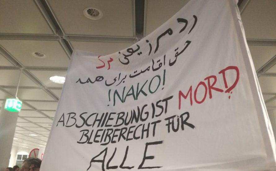 [Video] Hunderte demonstrieren gegen Abschiebung nach Afghanistan am Münchner Flughafen