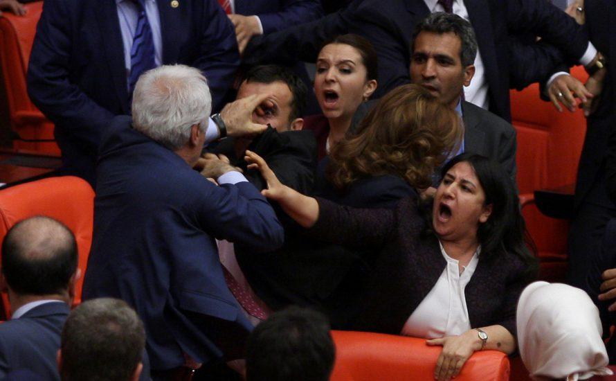 Türkische Parteien paktieren, um die HDP aus dem Parlament rauszuprügeln