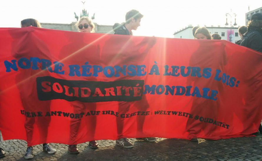 300 Jugendliche in Berlin zeigen Solidarité mit ihren Klassengeschwistern in Frankreich