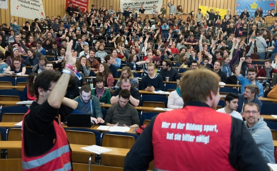 Tag der Entscheidung: Streikversammlung von fast 500 studentischen Beschäftigten