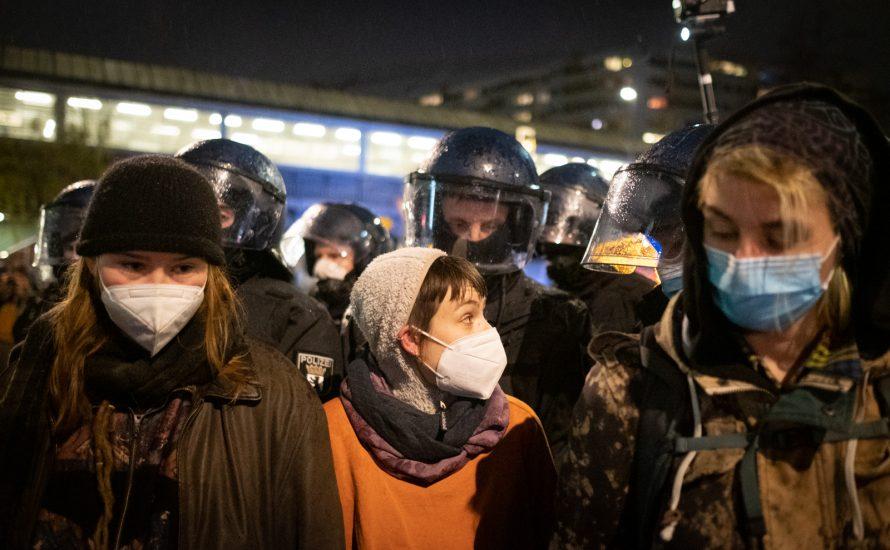 Mietendeckel: Justiz urteilt, RRG-Polizei prügelt