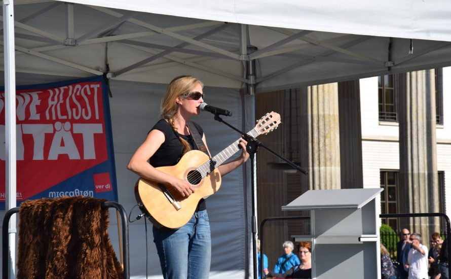 Liedermacherin Dota Kehr unterstützt den TVStud-Streik