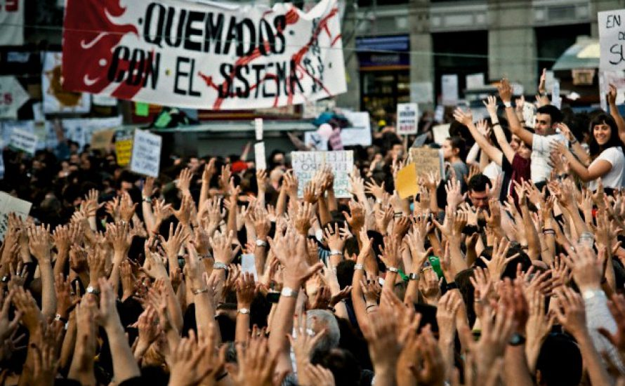 Zwei Strategien für die Bewegung auf den Plätzen des Spanischen Staates