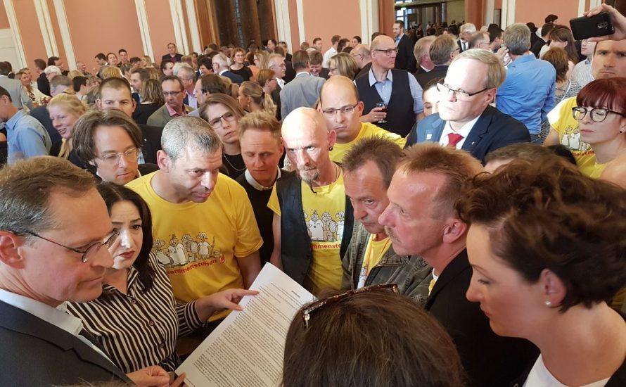 Von Streikenden umzingelt: VSG-Kolleg*innen überreichen Müller einen Offenen Brief