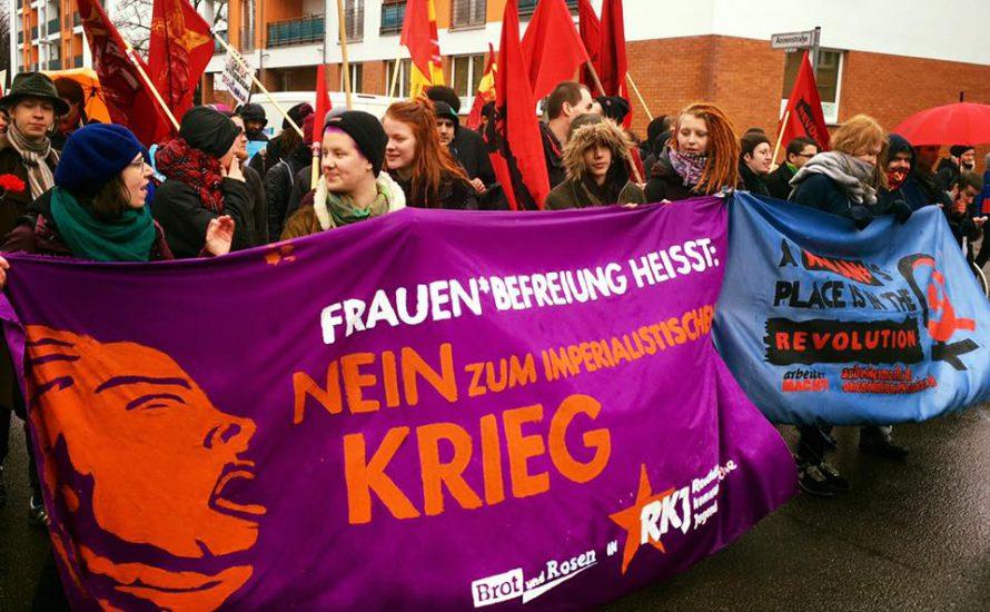 Frauen*kampftag in Berlin: Feminist*innen trotzen dem Regen