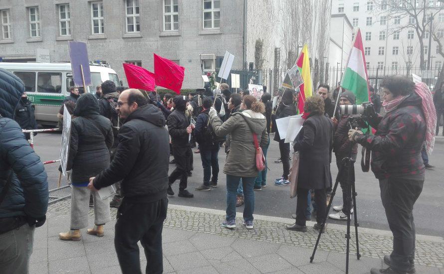 Iranische Aktivist*innen protestieren gegen den Empfang der iranischen Botschaft