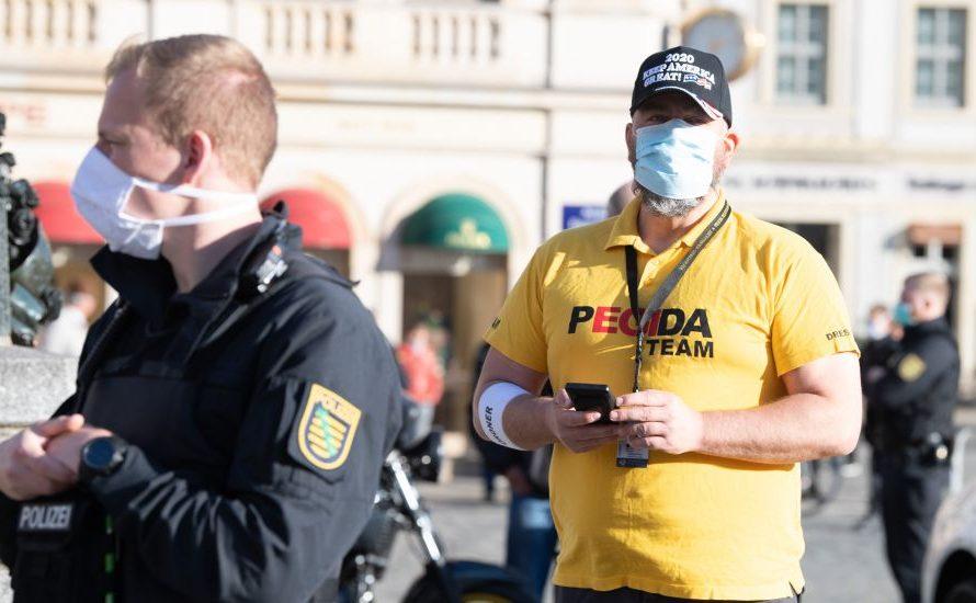 Pegida demonstriert an Hitler-Geburtstag. Versammlungsfreiheit für Rechte von Geflüchteten bleibt beschränkt
