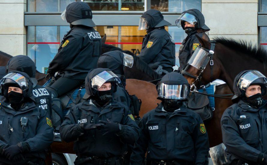 Hundert Verletzte bei Demo gegen Versammlungsgesetz - Polizei macht auch vor Presse nicht halt