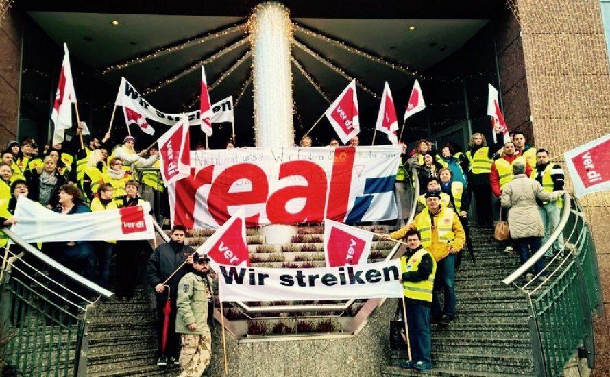 Tausende streiken gegen 400 Millionen-Einsparung bei Real