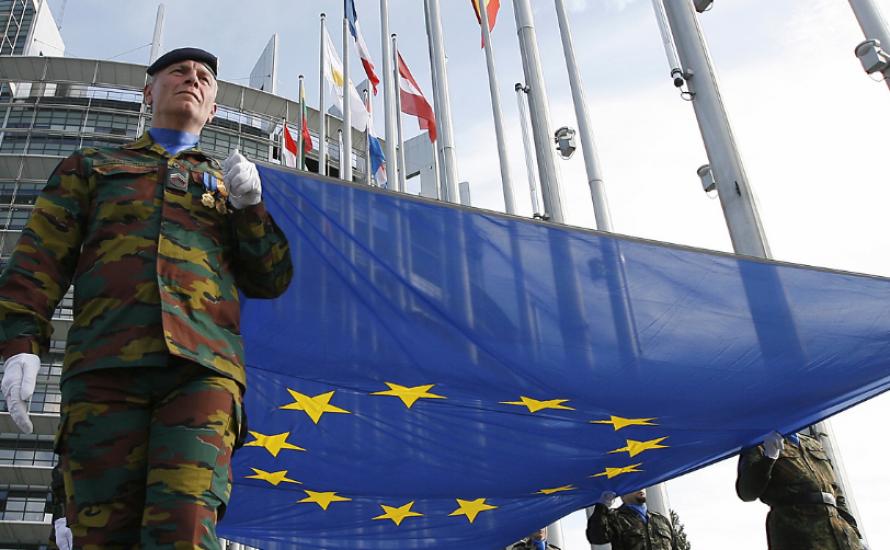 Merkels letztes Aufgebot: Mit Macron zur europäischen Armee?