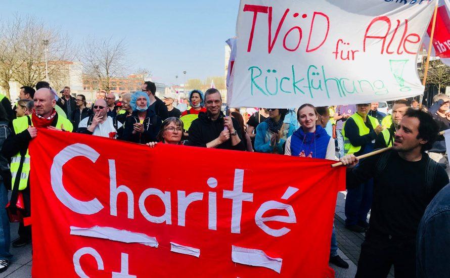 Bunter Haufen beim Warnstreik in Berlin