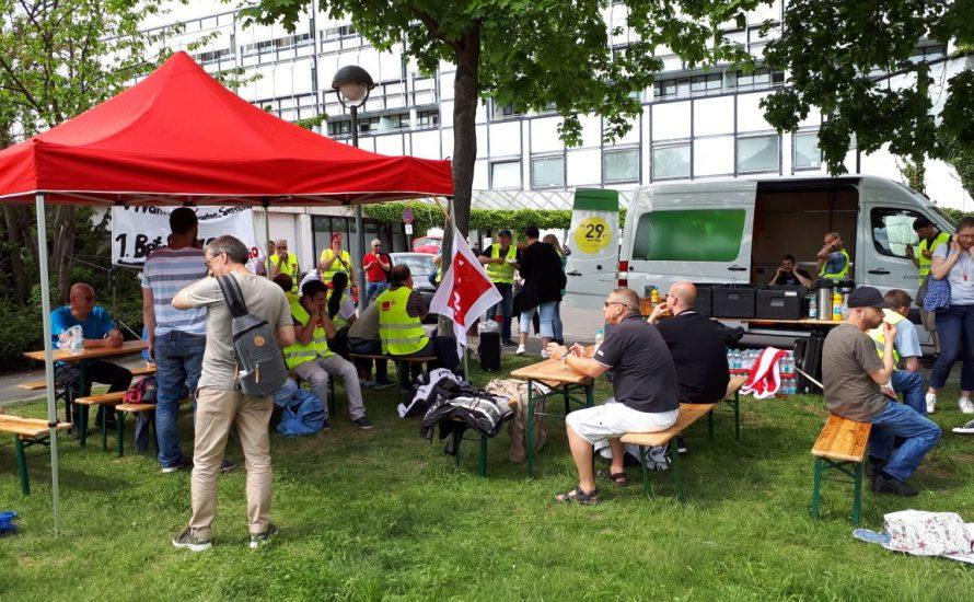 Ein streikender Mitarbeiter der VSG berichtigt die Berliner Morgenpost