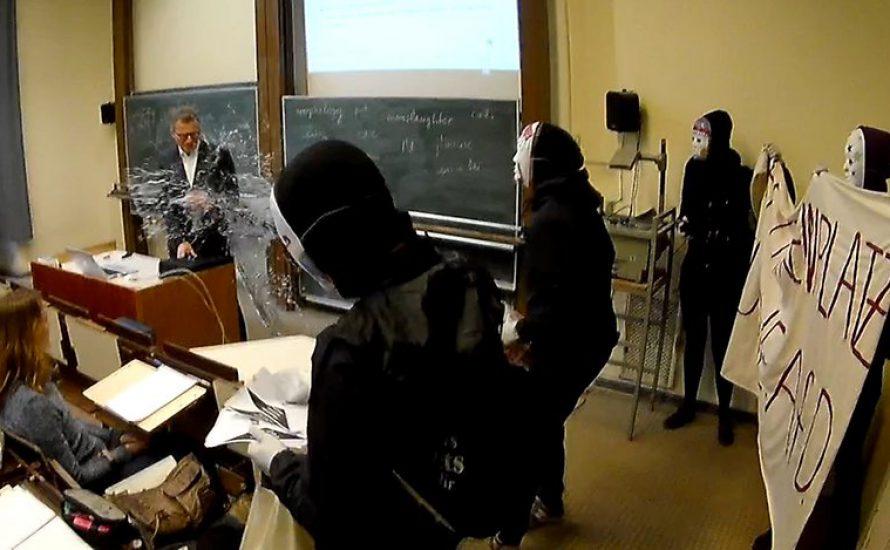 AfD-Dozent an der Humboldt-Universität nass gemacht