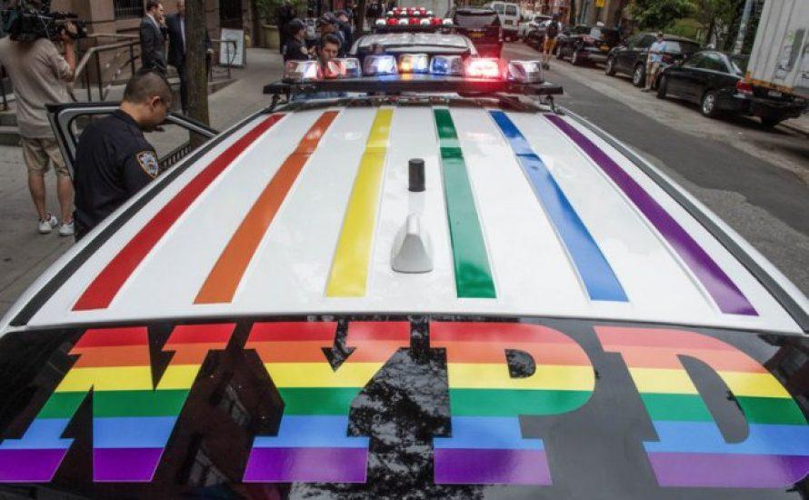 Regenbögen auf ihren Autos, aber Blut an ihren Händen: Keine Bullen bei der Pride