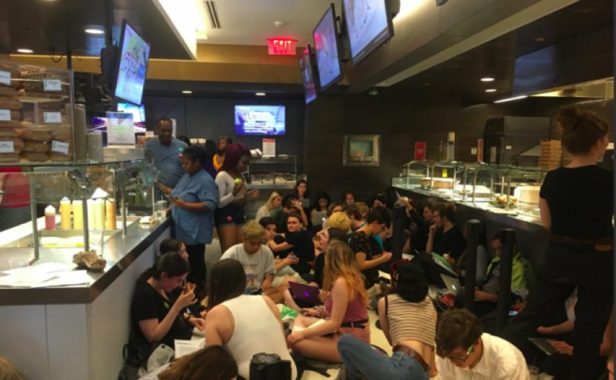 Zur Verteidigung der Arbeitsplätze: Studierende in New York besetzen Cafeteria