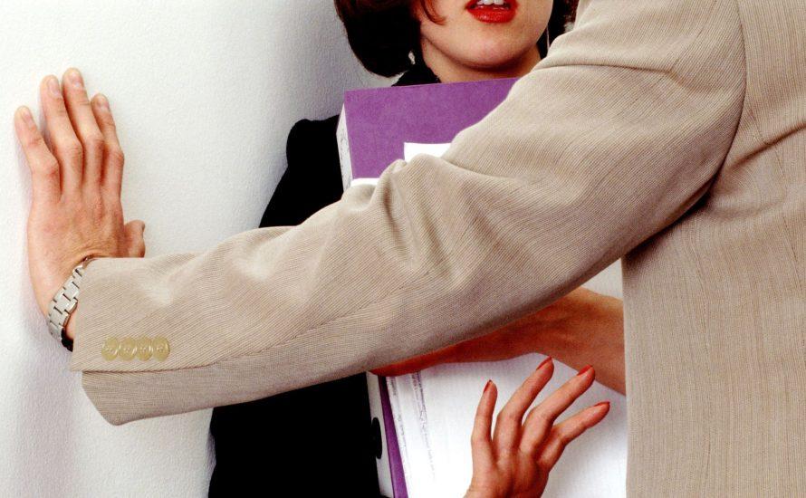 """""""Beförderung gibt's nur gegen sexuelle Gefälligkeiten"""" – die unerträgliche Alltäglichkeit sexualisierter Gewalt am Arbeitsplatz"""