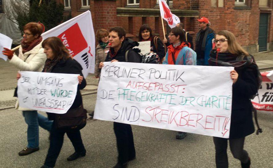 100 protestieren für mehr Personal an der Charité