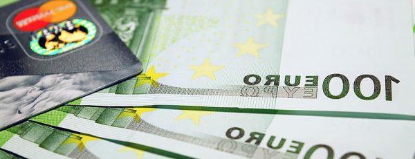 Euroscheine + Kreditkarte aufgefächert von oben