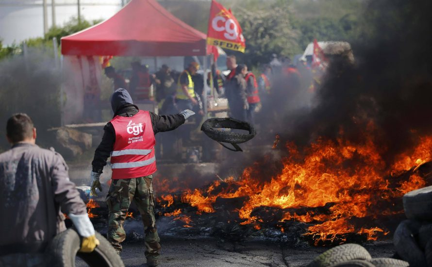 Brennende Reifen, blockierte Autobahnen, leere Tankstellen: Streiks in Frankreich weiten sich aus [mit Fotos]