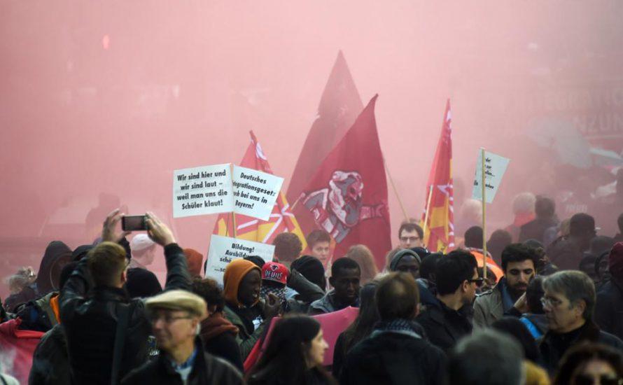 Polizei prügelt auf Gewerkschaftsdemo gegen Integrationsgesetz ein