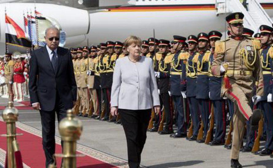 Merkel rekrutiert den ägyptischen Diktator, um Geflüchtete aufzuhalten