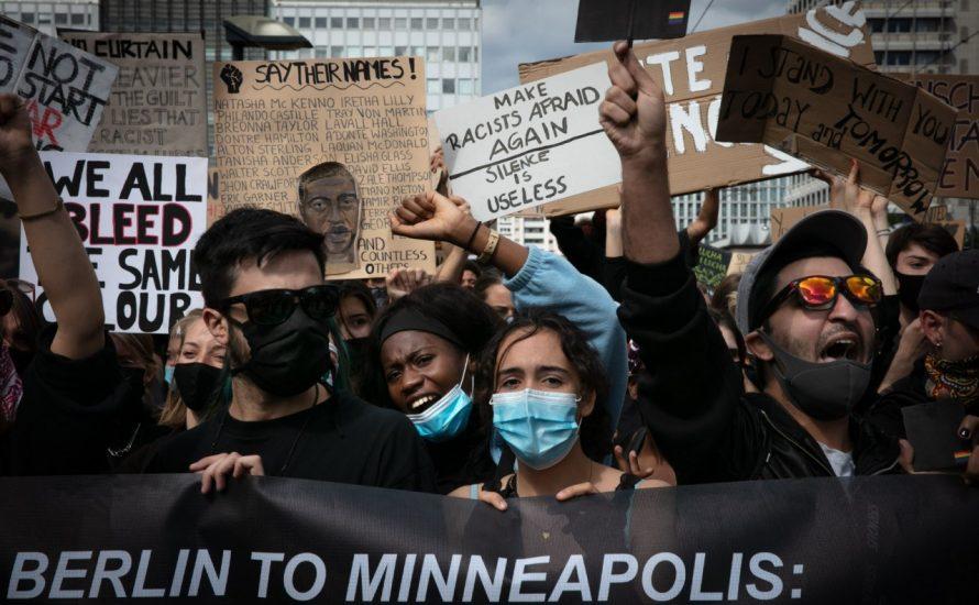 Trotz Polizeifäusten, Festnahmen und Wasserwerfern: 200.000 demonstrieren gegen Rassismus