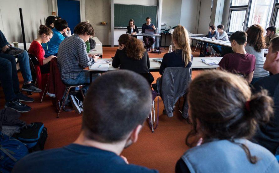 50 Menschen diskutieren an der FU über die Russische Revolution
