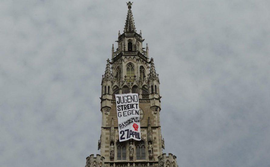 Banner auf dem Rathausturm - Jugendliche protestieren gegen Rassismus