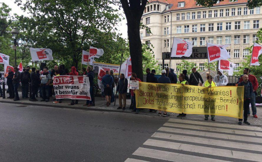 Arbeiter*innen protestieren vor dem Parteitag der Berliner SPD [mit Videos]