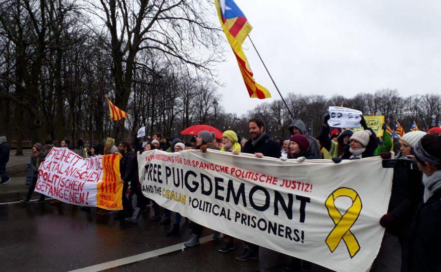 Berlin: 500 wütende Stimmen verlangen die Freiheit von Puigdemont [mit Fotogalerie]