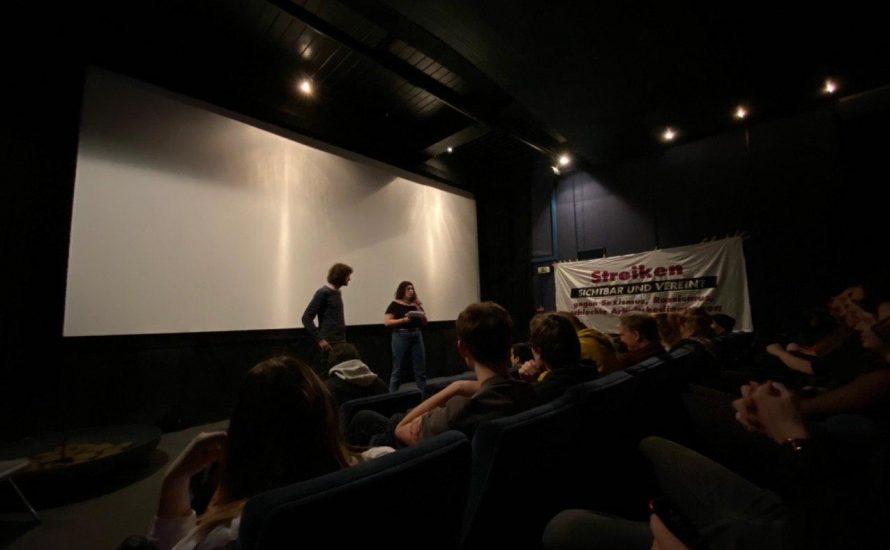 """Filmvorführung von """"Die kleinen (un)sichtbaren Hände"""" vor vollem Kinosaal in Berlin"""