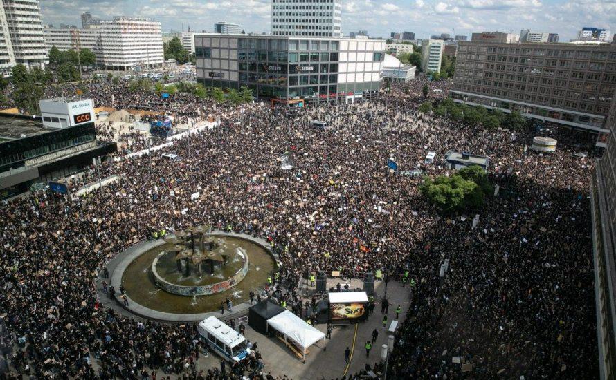 Black Lives Matter: Mehr als 20.000 Menschen füllen die Berliner Innenstadt gegen staatlichen Rassismus