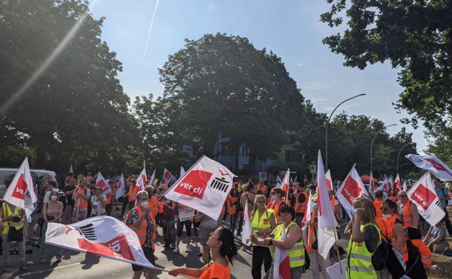 """""""Wir sind jeden Cent wert"""" - 300 Arbeiter:innen beteiligen sich am Streik der Vivantes-Töchter"""