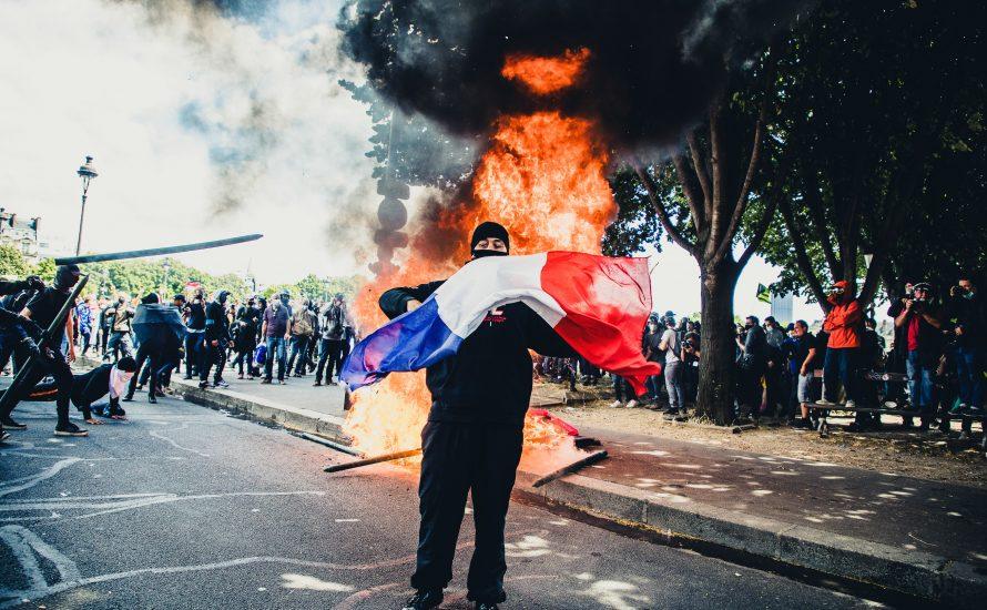 """300.000 Menschen auf """"Marsch für die Freiheit"""" stürzen Macron in die Krise"""