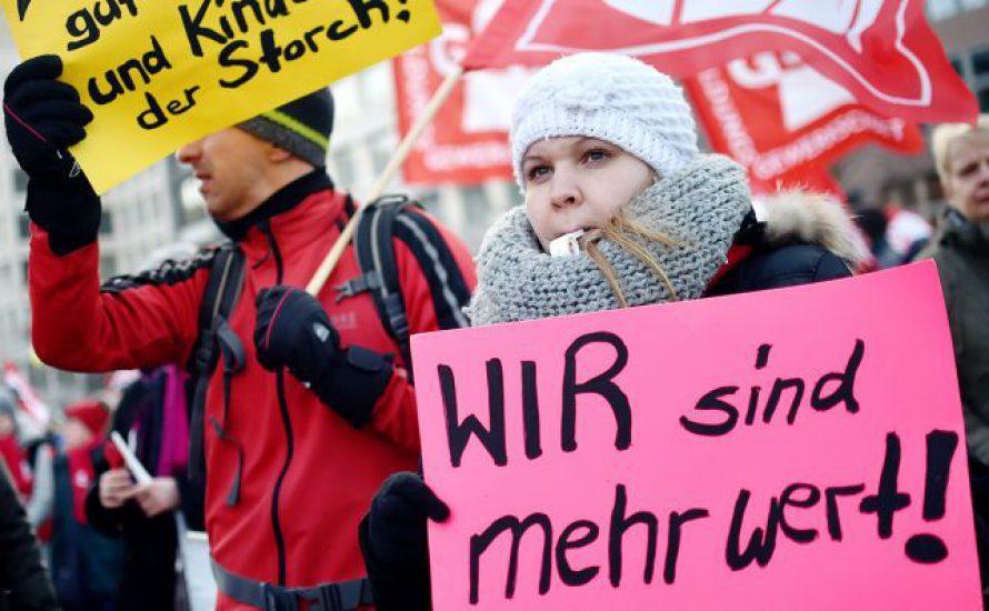 """Tausende bei Warnstreik des TV-L in Berlin für """"Aufwertung jetzt"""""""