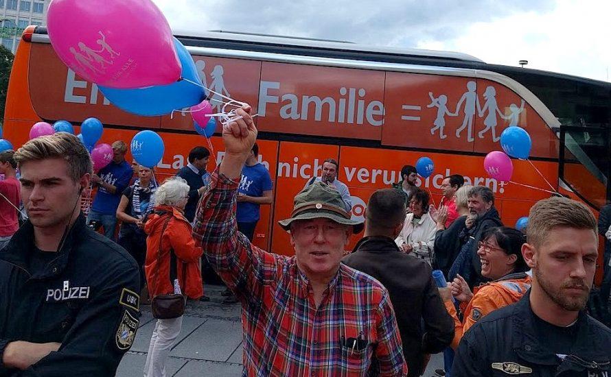 """Homophobe """"Demo für alle"""" startet in München – Pegida und USK schützen sie"""